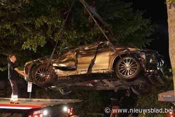 Auto belandt op dak in voortuin na crash
