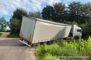 Vrachtwagen rijdt zich vast