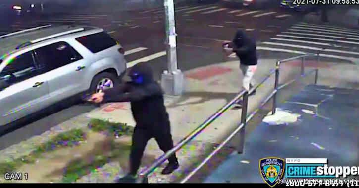 Usa, sabato di paura a New York: sparatoria nel Queens tra gang rivali e dieci feriti – Video
