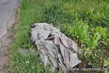 """Onbekende dumpt aanhangwagen vol asbestplaten in graskant: """"... (Kortemark) - Het Nieuwsblad"""