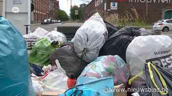Afvalberg in Ellermanstraat aan Park Spoor Noord