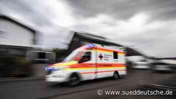 Auto prallt beim Zurücksetzen in Haltestelle: Vier Verletzte - Süddeutsche Zeitung