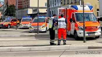 Vier Verletzte in Detmold (NRW): Auto kracht in Bushaltestelle - BILD