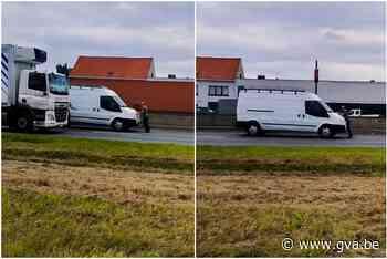Waanzinnige beelden op A12 in Aartselaar: man tientallen meter meegesleurd op motorkap - Gazet van Antwerpen