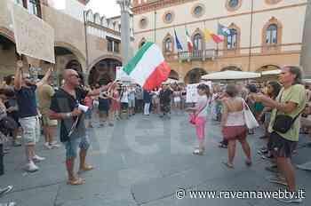 No green pass di nuovo in piazza del Popolo a Ravenna, cartelli contro i media - Ravenna Web Tv - Ravennawebtv.it