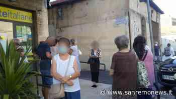 Sanremo: una sola cassa aperta su tre e lunghe code alle Poste della Foce, la protesta dei clienti (Foto) - SanremoNews.it