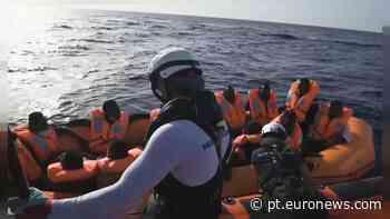 Centenas de pessoas aguardam no Mediterrâneo por porto seguro - Euronews