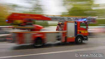 Rettung: Feuerwehr Erkner holt Patienten mit der Drehleiter aus Wohnung im dritten Stock - moz.de