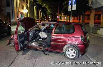 Unfall in Esslingen - Auto prallt gegen Hauswand – Fahrer und Beifahrer flüchten - esslinger-zeitung.de