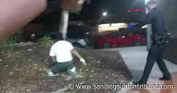 Videos muestran a policías de San Diego disparando por la espalda a hombre arrodillado, este sostiene un arma - San Diego Union-Tribune en Español