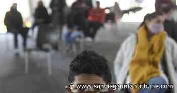 Adolescentes argentinos de riesgo reciben vacuna Moderna - San Diego Union-Tribune en Español