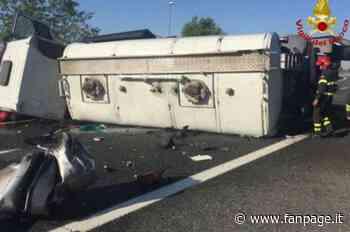 Cisterna carica di candeggina si ribalta sull'Autostrada A4 a Brescia: un ferito e traffico nel caos - Fanpage