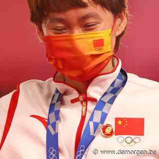Chinese olympiërs dragen Mao-buttons tijdens medailleceremonie, China verwijdert het bewijs