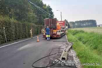 Vrachtwagen botst tegen paal, elektriciteitskabels versperren weg