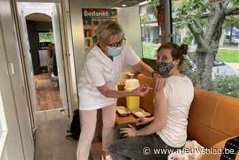 """Na de vaccitaxi rijdt hier ook de vaccibus: """"Extra kans om op laagdrempelige manier prik te halen"""""""