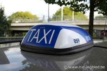 Taxichauffeur op klaarlichte dag bedreigd en bestolen door drie dronkaards