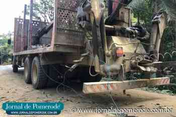 Caminhão derruba postes e deixa trânsito em meia pista, no Wunderwald - Jornal de Pomerode