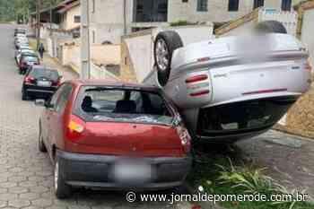 Carro atinge veículo estacionado após capotar, em Blumenau - Jornal de Pomerode