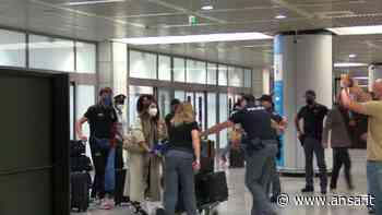 L'arrivo di Tamberi a Fiumicino: abbracci e emozioni davanti al microfono - Sport - Agenzia ANSA