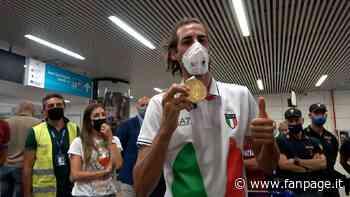 """Gianmarco Tamberi è tornato in Italia, festa a Fiumicino: """"Che emozione sbarcare con l'oro"""" - Sport Fanpage"""