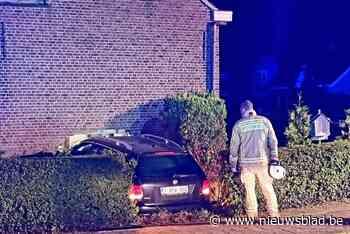 Autobestuurder rijdt in woning: slapende bewoner overleden nadat hij brokstukken op zich krijgt