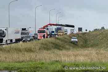 Auto met drie kinderen mist afrit op snelweg en rijdt berm naar beneden