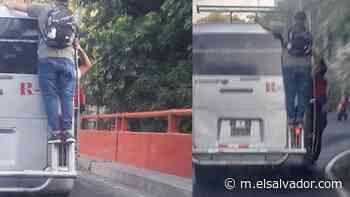 """Usuarios de transporte público viajaron """"colgados"""" en Soyapango y la imagen se vuelve viral - elsalvador.com"""