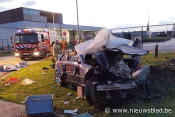 Inhaalmanoeuvre loopt verkeerd af: brandweer moet zwaargewonde chauffeur uit autowrak bevrijden - Het Nieuwsblad