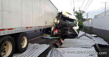 Cuantiosos daños tras fuerte accidente en carretera a Sonsonate - Solo Noticias