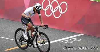 Olympics-Cycling-Carapaz wins gold in thrilling finish to brutal road race - Reuters