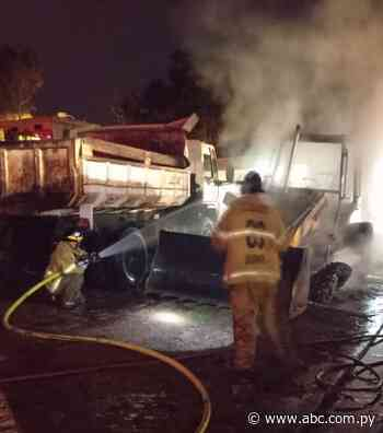 Desconocidos incendian maquinaria vial de la Municipalidad de Quiindy - ABC Color