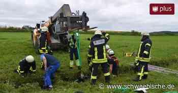 Feuerwehrleute befreien ein Pferd aus einer misslicher Lage - Schwäbische