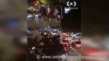 Policía dispersa espectáculo ilegal de autos en San Francisco - Telemundo Area de la Bahia