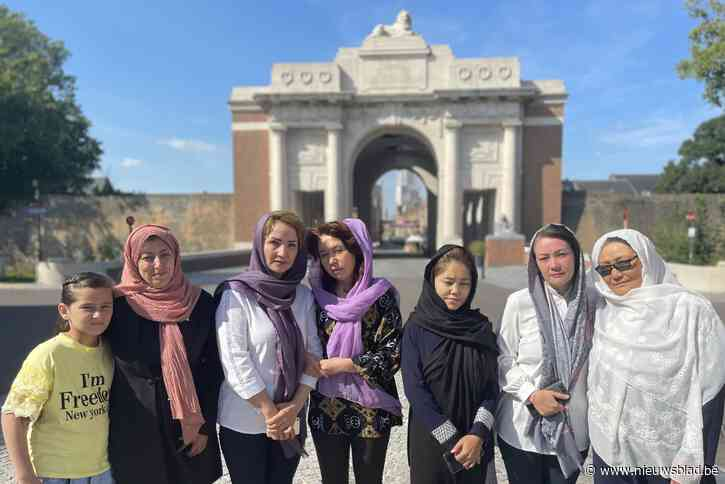 "Afghaanse feministes geëmotioneerd na helse vlucht en warme opvang in vredesstad: ""We hopen onze familie hier ooit terug te zien"""