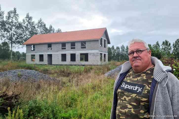 """Grond bij nieuwbouw één meter verhoogd zonder aanvraag: """"Reliëf moet hersteld worden, maar vergunning is nu goedgekeurd"""""""