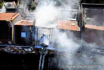 Drie woningen ernstig beschadigd bij zware dakbrand