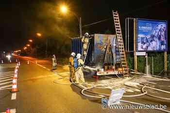 Aanhangwagen vol papier vat vuur door oververhitte remmen
