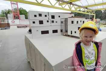 School staat in stellingen, en dus komen leerlingen verkleed als bouwvakker naar les