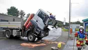 Netphen: Geplatzter Schlauch an Lkw verursacht lange Ölspur - Westfalenpost