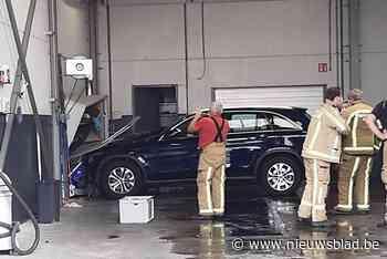 Klant geeft gas in carwash en botst tegen muur, die een uur later gedeeltelijk instort