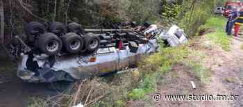Caminhão capota na ERS 324 entre Passo Fundo e Marau e derrama aproximadamente 45 mil litros de óleo diesel - Rádio Studio 87.7 FM | Studio TV | Veranópolis
