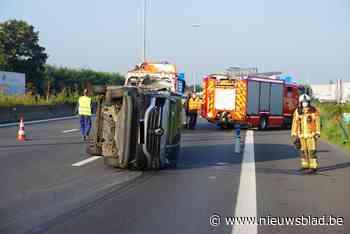 """Bestelwagen kantelt na klap tegen vrachtwagen op E17: """"Bestuurder is waarschijnlijk in slaap gevallen"""""""