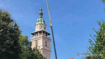 Kräne stehen für Abbau von Kirchturmspitze in Bad Langensalza bereit - MDR