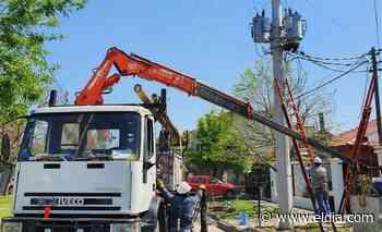Edelap instaló nuevas columnas de hormigón en diferentes barrios - Diario El Dia