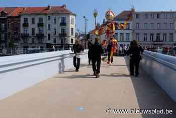 """Nieuwe voetgangersbruggen in gebruik genomen met groot volksfeest: """"Het kanaal is te lang een scheidingslijn geweest voor onze stad"""""""