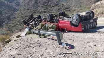 Tremendo vuelco de un camión en la quebrada de La Cébila - El Ancasti