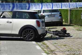 Fietser in kritieke toestand naar ziekenhuis na botsing met personenwagen - Het Nieuwsblad