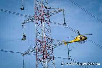 Spectaculaire beelden: helikopter trekt koord over hoogspanning in Peer