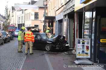 Bestuurder wordt onwel en rijdt met wagen in vitrine van leegstaande winkel<BR />