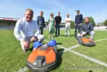 Roger en Omer moeten voortaan voetbalveld maaien, maar ze doen dat zonder morren - Het Nieuwsblad